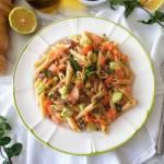 Orzeźwiająca sałatka makaronowa z wędzonym łososiem, ogórkiem i miętą (Pasta rinfrescante con salmone affumicato, cetriolo e men