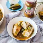 Schabowe roladki nadziewane pikantną kaszą, podane z sosem