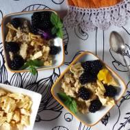 Quinoa z tahini, jeżynami i liofilizowanym ananasem