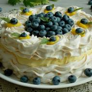 Tort bezowy z kremem cytrynowym i borówkami