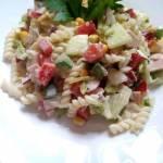 Szybka sałatka z makaronem, papryką i szynką