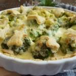 Tarta z brokułami, kurczakiem i sosem czosnkowym