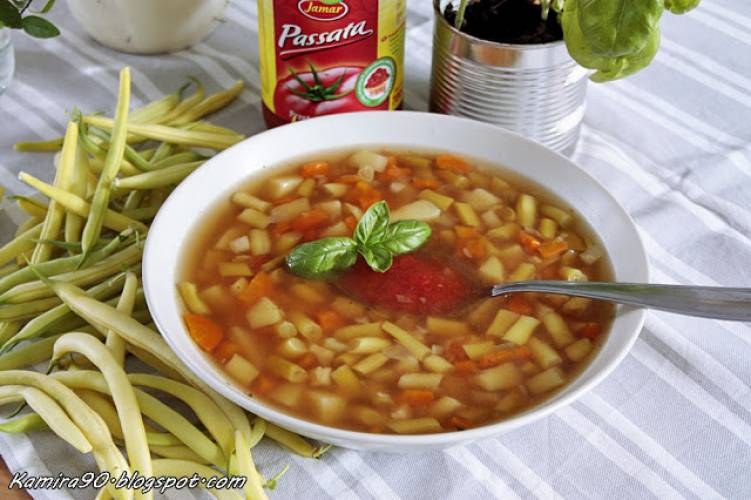 Zupa z żółtej fasoli szparagowej i pomidorowej pasty