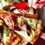 Pizza z kabanosami, koperkiem i mozzarellą