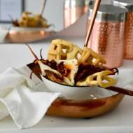 Bezglutenowe gofry z kurkami, chorizo, jajkiem i pieczonymi w maśle orzechowym korzeniami marchwi i pietruszki czyli... śniadani