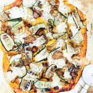 Pizza z kurkami i marynowaną cukinią