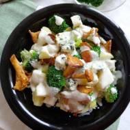 Sałatka z ziemniakami, brokułem, kurkami i serem lazur
