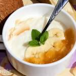 Pudding ryżowo-kokosowy z bananem i konfiturą morelowo-ananasową
