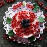 Sernik na zimno z czerwoną porzeczką