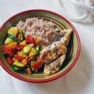 Kurczak z duszonymi warzywami i kaszą orkiszową