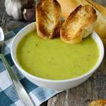 Zupa krem z cukinii z czosnkowymi grzankami