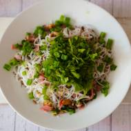 Makaron ryżowy ze szczypiorkiem i szynką – letni obiad do pracy