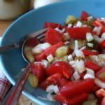 Sałatka z ogórków kiszonych i świeżych warzyw