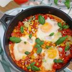 Szakszuka, czyli jajka gotowane w pomidorach z papryką