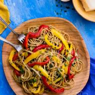 Spaghetti peperonata - szybki makaron z kolorowymi paprykami