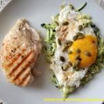 Grillowana pierś kurczaka z jajkiem sadzonym i surówką z cukinii