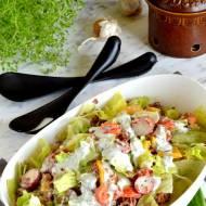 Sałatka z kurczakiem, czerwonym ryżem i warzywami w ziołowym sosie