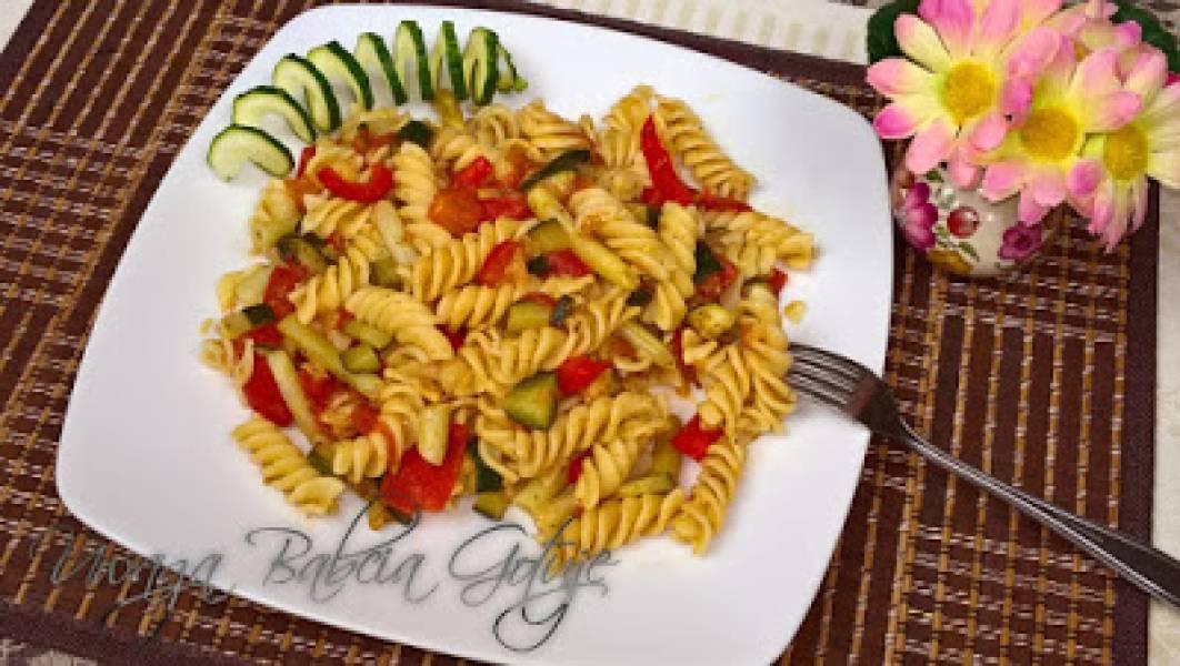 Przepis Na Makaron Z Cukinia I Papryka W Sosie Pomidorowym Danie