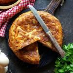 Tortilla de patatas con chorizo, czyli hiszpański omlet z ziemniaków z kiełbasą