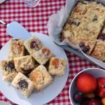 Ciasto drożdżowe z morelami i śliwkami pod kruszonką