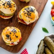 Mini burgery z ajwarem, halloumi i ogórkami