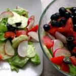 Kolorowa sałatka z rzodkiewką i oliwkami