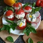 Pomidory faszerowane serem feta, rzodkiewką, papryką i bazylią