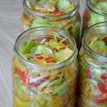 Sałatka z ogórków i papryki na słodko-kwaśno do słoików na zimę
