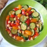 Warzywna sałatka z ciecierzycą i ziołowym winegretem (Insalata di verdure, ceci e vinaigrette alle erbe)