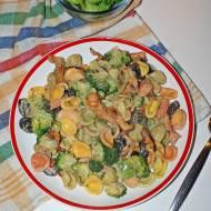 Makaron w sosie kurkowym z brokułami