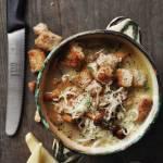 Zupa kurkowa z grzankami i serem gruyère