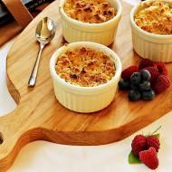 Maliny i borówki pod kruszonką (crumble)