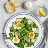 Sałatka z kurczakiem, awokado i jajkami