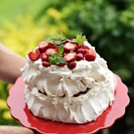 Piętrowy tort bezowy z truskawkami