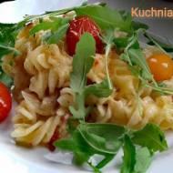 Zapiekana z dojrzewającym salami, kurczakiem i kolorowymi pomidorkami. Pyszny kolorowy obiad.