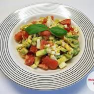 Sałatka z awokado, jajkiem i pomidorem