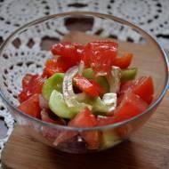 Szybka pomidorowa sałatka z serem fetą i czerwoną cebulą