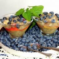 Antonówka, borówki amerykańskie, brzoskwinia i chia w jednym deserze