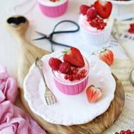 Cupcakes cytrynowe z dwukolorowym kremem i czerwonymi owocami