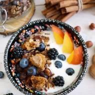 Jogurt naturalny z owocami i domową granolą piernikową