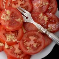 Sałatka pomidorowa. Z czosnkowo – imbirowym dressingiem.