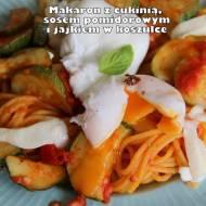 Makaron (kukurydziany) z cukinią, sosem pomidorowym i jajkiem w koszulce