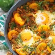 Szakszuka z żółtymi warzywami i kurkami