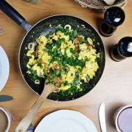 Jajecznica ze szczypiorkiem i kurkami