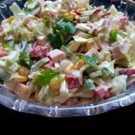 Kolorowa sałatka z szynką, papryką i kukurydzą