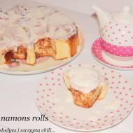 Cinnamons rolls z sosem śmietanowo - waniliowym.