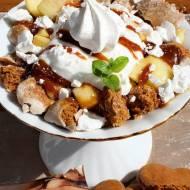 Deser z piernikami, prażonym jabłkiem, bitą śmietaną, bezikami i solonym karmelem
