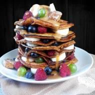 PIERNIKOWE PANKEJKI – szybkie i proste pancakes z owocami i sosem