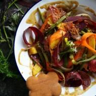 Sałatka z fasolką szparagową, kolorową marchewką i piernikowym dressingiem i posypką