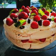 Tort bezowy z kremem mascarpone i owocami
